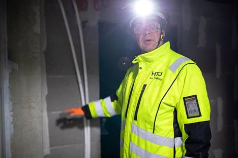 Ari Tallbergilla on valvottavanaan yhdeksän työmaata, joista yksi on tämä kolmen kerrostalon työmaa Espoon Niittykummussa. Hän huomasi, että lattialämmityksen putket ovat kierossa. Putket täytyy suoristaa, jotta ne mahtuvat suojakotelon sisälle.