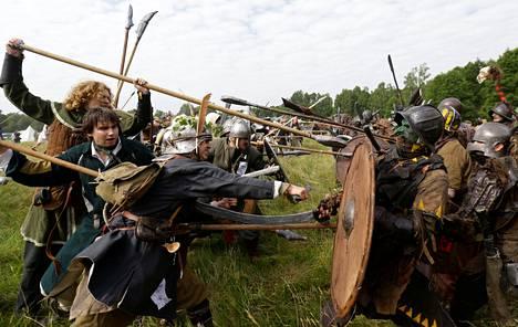 Larppaajat dramatisoivat Tolkienin Hobitti-romaanin lopussa käytävää Viiden armeijan taistelua Tsekissä kesällä 2018. Kuvassa oikealla puolella on örkkien pelaajia.