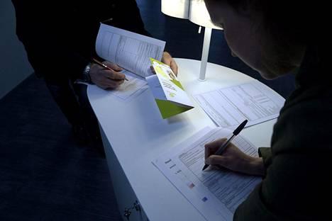 Työnhakijat täyttivät lomakkeita TE-toimistossa Helsingissä toukokuussa 2015.