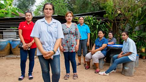 HS vieraili Somthawin Misukin (edessä) luona Thaimaan Chakkaratissa. Alueelta lähti hänen lisäkseen muitakin Suomeen ansaitakseen rahaa marjanpoiminnalla.
