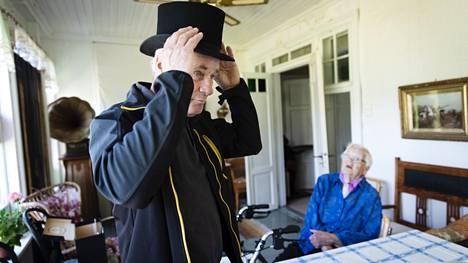 Ole Wahlmanin isoisoisä Johan omisti aikanaan J.R. Wahlmanin hattuliikkeen, joka valmisti muun muassa silinterihattuja. Yhä olemassa olevan E.R. Wahlman -liikkeen perusti Johan Wahlmanin poika Elis.