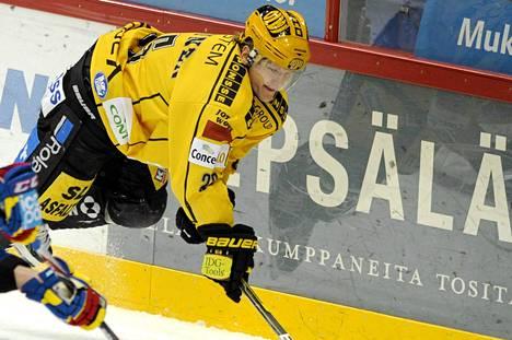 Jukka Hentunen menetti hampaitaan torstain TPS-pelissä.