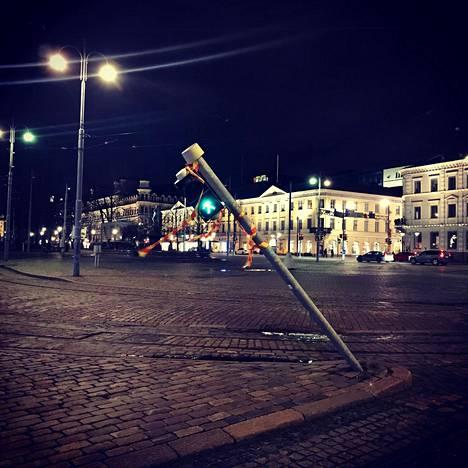 Tuuli taivutti liikennevalon vinoon Helsingin kauppatorilla maanantai-iltana.