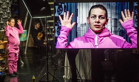 Sopraano Annika Fuhrmann laulaa Maailmantappaja-monologioopperassa, jossa lavan tapahtumat näytetään lavan eteen sijoitetulla ruudulla.