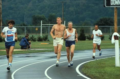 Jimmy Carter (toinen oikealta) radalla toukokuussa 1979.