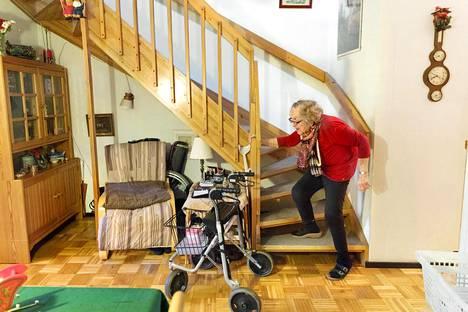 Osteoporoosia sairastavan Anja Ekholmin, 89, kotona on kaksi kerrosta. Makuuhuone ja kylpyhuone ovat yläkerrassa, keittiö ja olohuone alakerrassa. Toistaiseksi Ekholm pystyy vielä kapuamaan portaat yläkertaan.