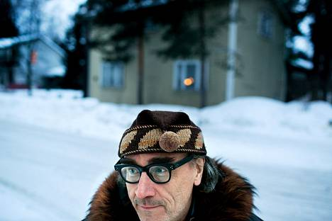 Esa Saarinen kotitalonsa edustalla.