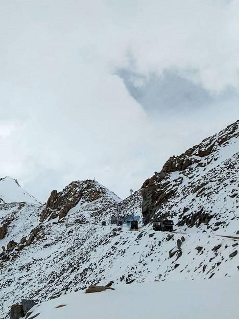 Intian armeijan autoja kulki Chang La -solan tuntumassa Kashmirissa keskiviikkona.