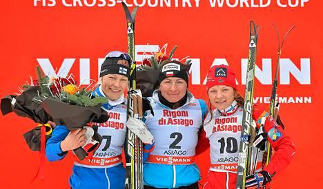 Anne Kyllönen (vas.) sijoittui toiseksi Asiagon mc-sprintissä. Voiton vei Puolan Justyna Kowalczyk. Norjan Maiken Caspersen Falla (oik.) oli kolmas.