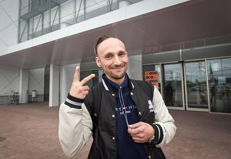 """Espoolainen myyntineuvottelija Oliver Kaltenborn tuli Tallinnaan tapaamaan tyttöystäväänsä, kun Tallinkin Megastar toi turisteja maanantain keskipäivällä ensimmäistä kertaa maaliskuun jälkeen. """"Vihdoin pääsee katsomaan"""", hän sanoi."""