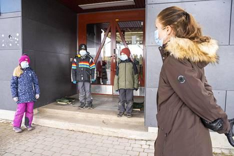 Luokanopettaja Suvi Vainionpää kertoo, että lapset oppivat maskinkäyttäjiksi nopeasti. Kuvassa myös tokaluokkalaiset Aava, Otso ja Kasper.