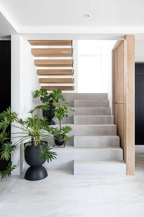 Laura Seppänen designed the Lumitiikeri stairs for the Tuusula housing fair, the steps of which are made of oak and microcement-coated raw concrete.