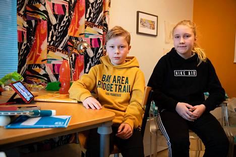 """Suomen asioista päättävä hallitus päätti sulkea kaikki Suomen koulut kuukaudeksi koronaviruksen takia. Koulut menivät kiinni keskiviikkona, mutta Helsingin Suomalaisen yhteiskoulun oppilaat jäivät kotiin jo maanantaina. Sisu Sammalkorven, 10, ja Peppi Sammalkorven, 13, mielestä etäopiskelu onsujunut hyvin. """"Välitunteja on ikävä, kun silloin me yleensä pelataan pingistä kavereiden kanssa"""", Sisu harmittelee."""