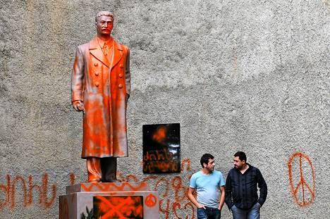 Stalinin patsas Telavin kaupungissa Georgiassa ehti seistä paikallaan alle vuorokauden ennen kuin se töhrittiin spraymaalilla. Kuva on otettu syyskuun alussa.
