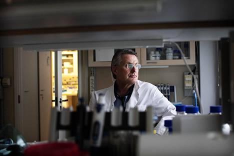 Virologian professori Kalle Saksela uskoo, että virusmuunnoksia tulee vielä lisää ja rokotteita pitää päivittää niitä varten.