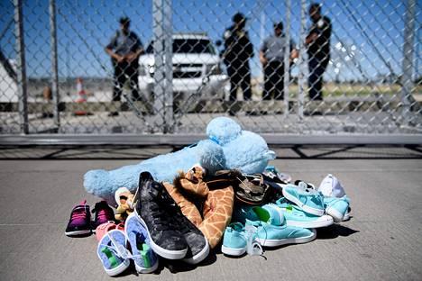 Mielenosoittajat olivat jättäneet vanhemmistaan erotetuille siirtolaislapsille leluja ja kenkiä Tornillossa Texasissa torstaina.