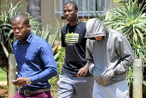 Poliisit hakivat huppariin pukeutuneen Oscar Pistoriuksen eilen kotoaan.