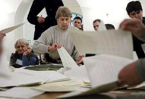 Vaalivirkailijat laskivat parlamenttivaaleissa annettuja ääniä Kievissä sunnuntaina.