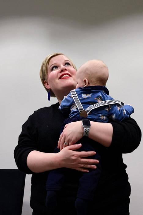 """""""Missään muualla ei ole niin korvaamaton kuin vanhemman ja lapsen suhteessa"""", perhevapaalla oleva kansanedustaja Annika Saarikko (kesk) sanoo."""
