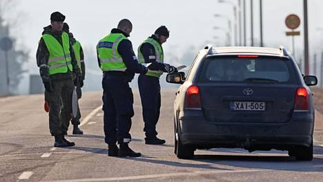 Auto tarkastuspisteellä Uudenmaan ja Kymenlaakson rajalla valtatie 7:llä.