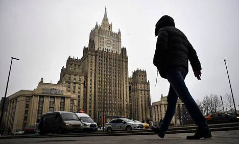 Mies kulki jalan Venäjän ulkoministeriön rakennuksen edustalla Moskovassa tiistaina.