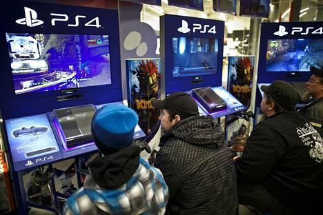 Asiakkaat pelasivat juuri myyntiin tullutta Playstation 4 -konsolia Verkkokauppa.comin myymälässä marraskuussa 2013.