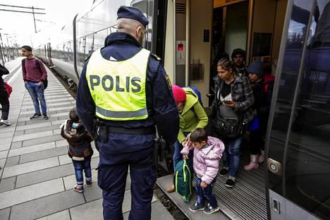 Poliisi oli vastaanottamassa pakolaisia Malmön asemalla marraskuussa 2015. Pakolaiset saapuivat junalla Tanskasta Ruotsiin.