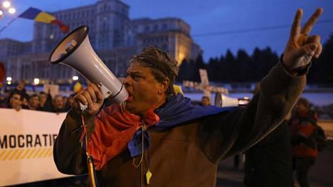 Romanialaiset osoittivat lauantaina mieltään maan hallitusta vastaan Bukarestissa.