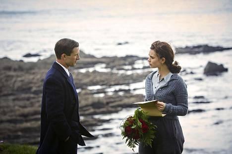 Glen Powell esittää Mark Reynoldsia ja Lily James elokuvan päähenkilöä Juliet Ashtonia Guernseyn kanaalisaarelle sijoittuvassa draamassa.