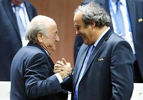 Euroopan jalkapalloliiton puheenjohtaja Michel Platini (oik.) onnitteli Sepp Blatteria uudelleen valinnasta Kansainvälisen jalkapalloliiton puheenjohtajaksi vuonna 2015. Myöhemmin Platini sai kahdeksan ja Blatter kuuden vuoden toimintakiellon korruption takia.