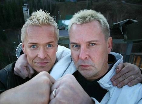 Toimittaja Kai Merilä ja Matti Nykänen vuonna 2006 Laajavuoren isossa mäessä, joka nimettiin Nykäsen mukaan.