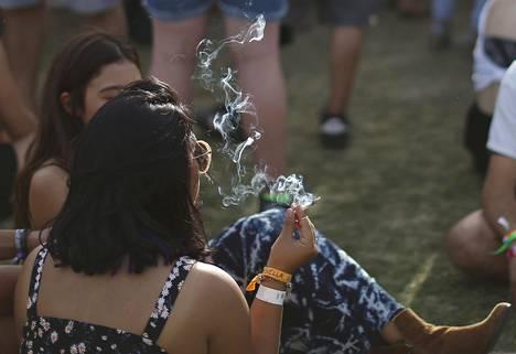 Yleisön edustaja poltti kannabista Coachella-festivaalilla Kaliforniassa huhtikuussa 2014.
