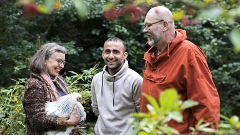 Erityisopettaja Erja Noroviita halusi auttaa turvapaikanhakijoita, ja siten Zirak Bayati kotiutui vähitellen hänen ja Timo Noroviidan perheeseen.