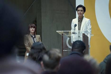 Netflixin The One -sarjan päähenkilö Rebecca Webb (Hannah Ware, oik.) johtaa firmaa, joka etsii ihmisille kumppaneita dna-testien perusteella.