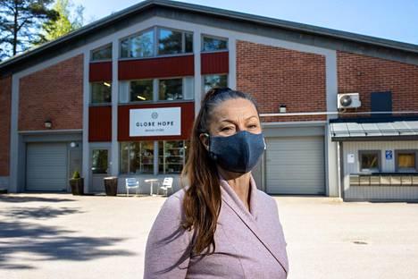 Globe Hopen toimitusjohtaja Seija Lukkala käyttää itsekin maskia julkisessa liikenteessä ja ruokakaupassa. Lukkalan mukaan yritys hakee maskeilleen suojaluokituksia.