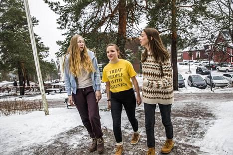 Kauniaisten ruotsinkielisen lukion oppilaat Laura Ylinen (vas.), Cecilia Andersin ja Emilia Hanhirova ystävineen järjestävät koululakkoa ja ilmastomielenosoitusta.