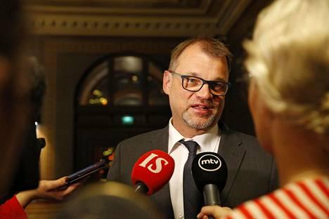 Pääministeri Juha Sipilä median ympäröimänä Oulun kaupungintalolla lauantaina.