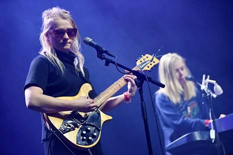 Maustetytöt eli Anna (vas.) ja Kaisa Karjalainen toimivat Alman Euroopan-kiertueen päätöskeikan lämmittelijöinä Helsingin jäähallin Black Boxissa 2. marraskuuta.