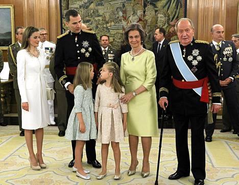 Espanjan kuningatar Letizia (vas.), Espanjan kuningas Felipe VI, prinsessat Sofia ja Asturias Leonor sekä Espanjan väistynyt kuningaspari kuningatar Sofia ja kuningas Juan Carlos.
