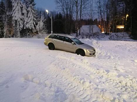 Mazdan matka tyssäsi hiihtoladulla.