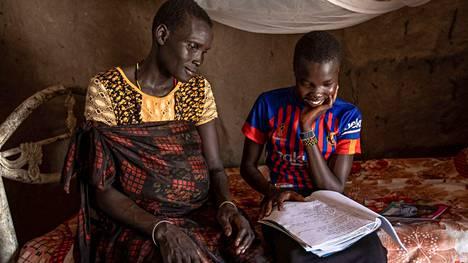 Nyalnakin äiti Teresa on nähnyt koulutuksen aikaansaaman muutoksen yhteisön lapsissa.