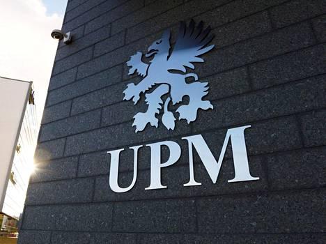 Metsäteollisuusyhtiö UPM:n logo kuvattuna Helsingissä.