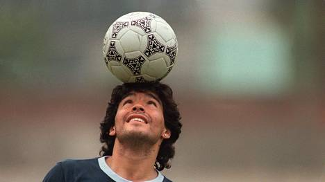 MAG52; (FILES) In this file picture taken on May 22, 1986 Argentine football star Diego Maradona, wearing a diamond earring, balances a soccer ball on his head as he walks off the practice field following the national teams practice session in Mexico City. - Argentine football legend Diego Maradona turns 60 on October 30, 2020. LEHTIKUVA / AFP