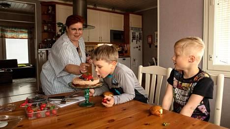 Ravintolan vuoroesimiehen työstä lomautettu Johanna Buska menee töihin maanantaina. Arttu Buskaa kiinnostaa kakku ja kaveri Veeti Aro seuraa vierestä.