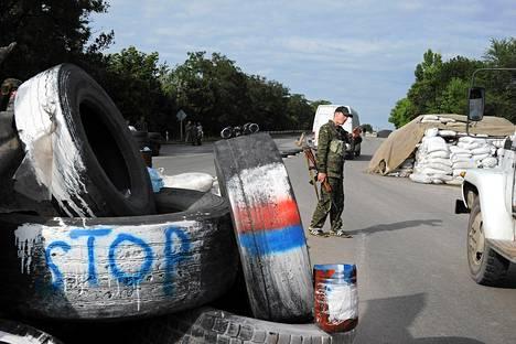 Venäjän-mieliset separatistit olivat perustaneet Luhanskin kaupunkiin kulkevalle autotielle tiesulun keskiviikkona.