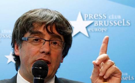 Erotettu aluejohtaja Carles Puigdemont puhui tiistaina tiedotustilaisuudessa Brysselissä.
