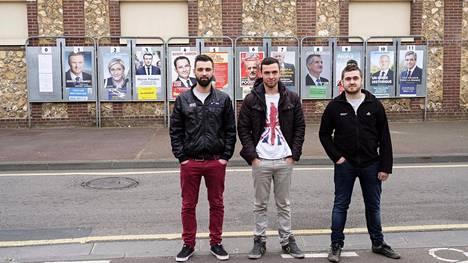Julien Chenen, 30 (vas) harkitsee äänestävänsä äärioikeiston Marine Le Peniä, Gaëtan Cholay, 21, punnitsee vasemmiston ehdokkaita ja Guillaume Martin, 25, jättää äänestämättä. Miehet työskentelevät autokorjaamossa Saint-Étienne-du-Rouvrayssa.