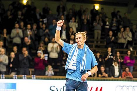 Jarkko Nieminen kiitti yleisöä Tukholmassa.