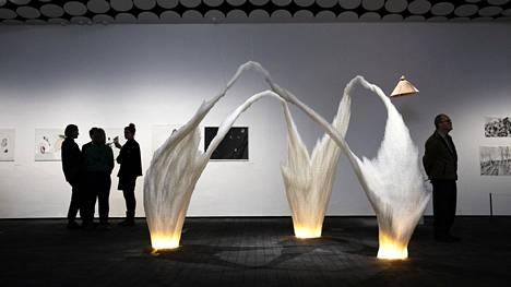 Catrin Edlundin Plastinen koti -installaatioon on käytetty 40 000 muovipilliä.