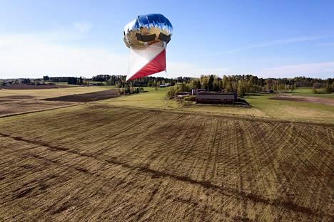 Hanhia on yritelty karkottaa ilmapalloilla Kiteenlahdenaukean pelloilla.